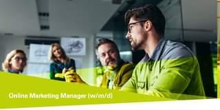 """Ist möglicherweise ein Bild von 2 Personen, Jacken und Mäntel und Text """"Online Marketing Manager (w/m/d)"""""""